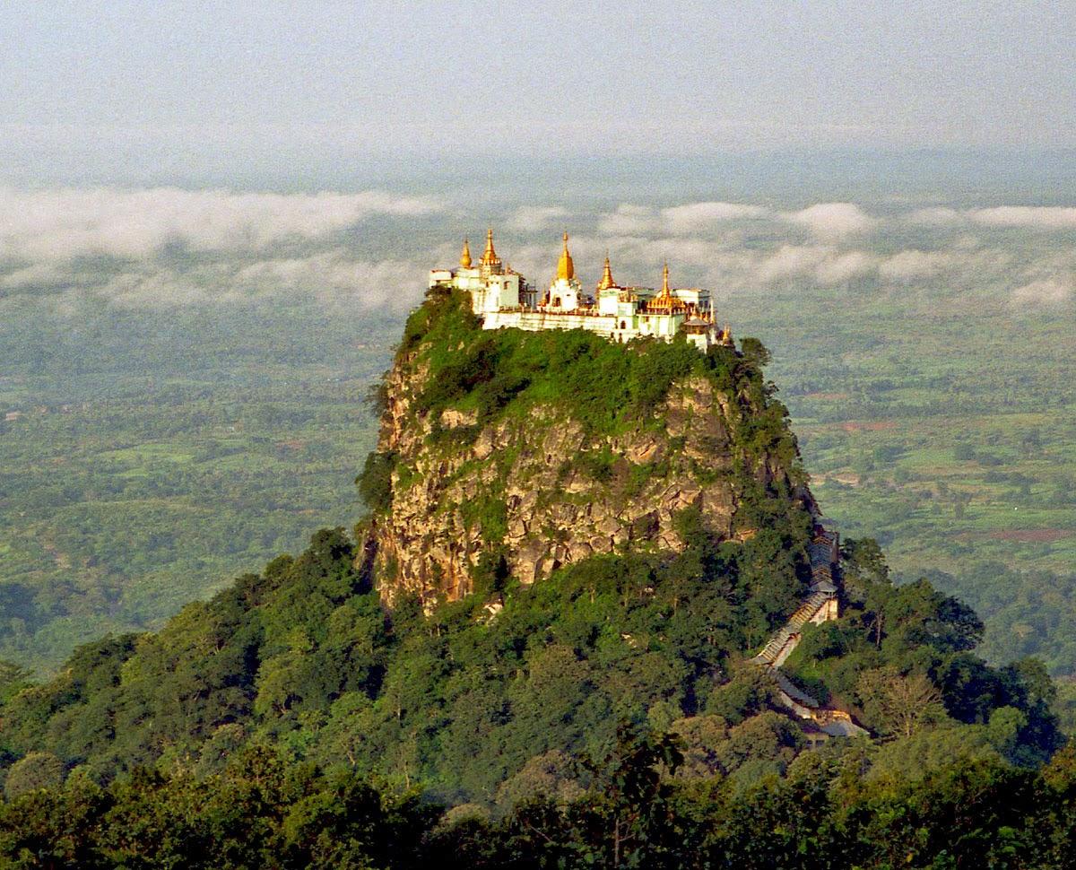Mount Popa ใกล้เมืองพุกาม ประเทศพม่า