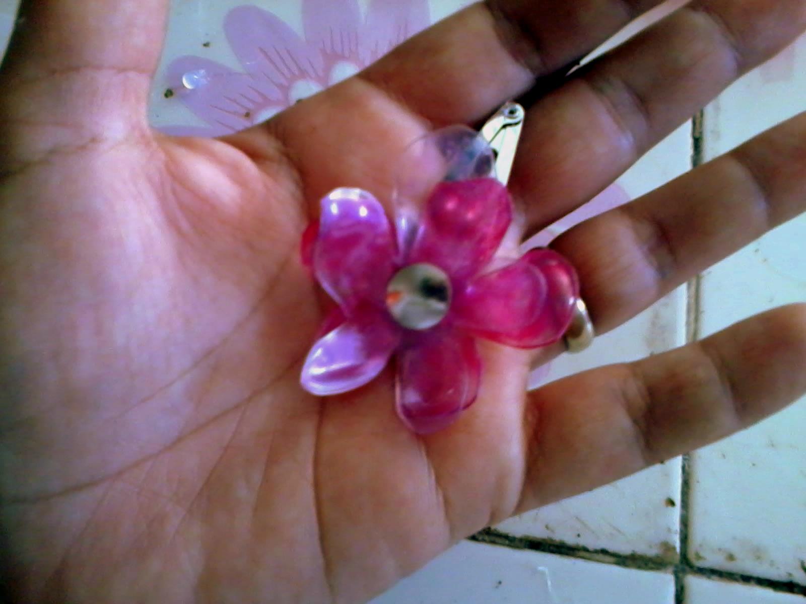 cuerpo de una botella de pet simplemente corte una forma de flor en el