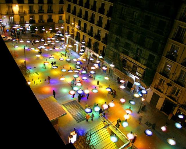Instalación Confeti nocturna en Plaza de Chueca