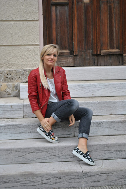 outfit jeans neri con risvolto outfit rosso come abbinare il rosso outfit casual autunnali mariafelicia magno fashion blogger outfit pois come abbinare i pois abbinamenti pois polka dots outfit how to wear polka dots how to wear polka dots red biker jacket slip on jeans neri delavé mariafelicia magno fashion blogger color block by felym fashion blog italiani fashion blogger italiane blogger italiane ragazze bionde outfit casual per ragazze casual outfit for girls