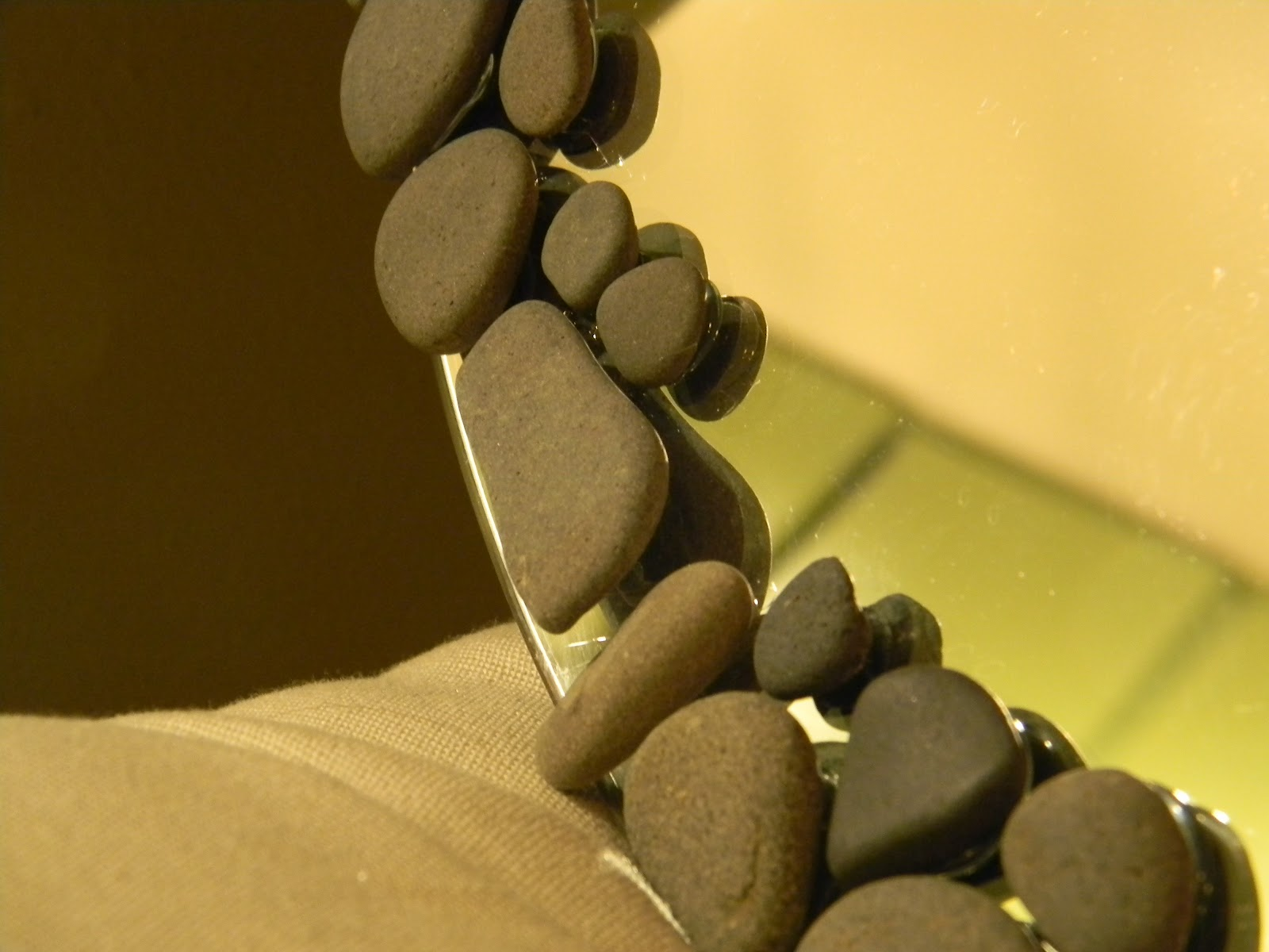 Using beach pebbles to create a diy decorative mirror for Interior decoration using pebbles