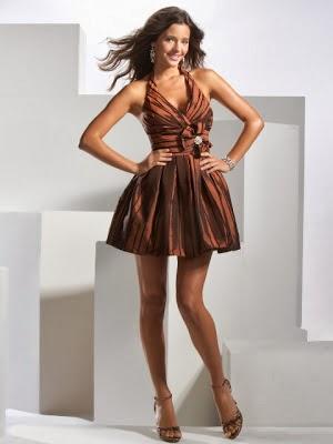vestido de noche en color cobre, combinado con unos zapatos altos en el mismo color