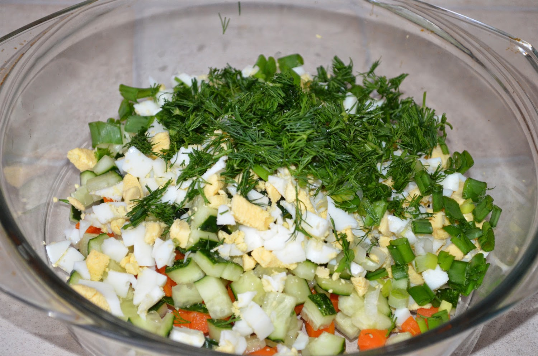 Салат из печени трески: укроп и зеленый лук мелко нарезать