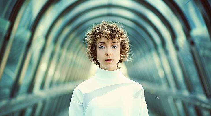 portrait photography, la Défense, fashion blogger Das Sheep, total white outfit