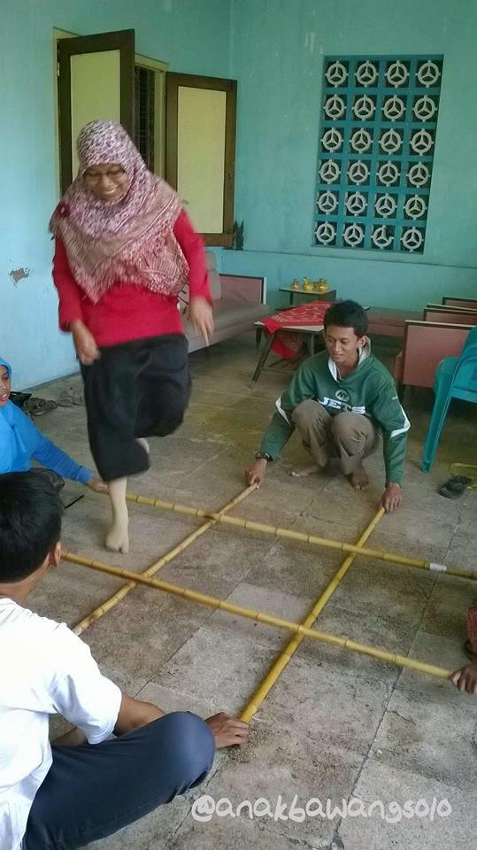 Permainan Tradisional Rangku Alu Tari Tongkat