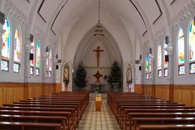 bên trong nhà thờ đá sapa