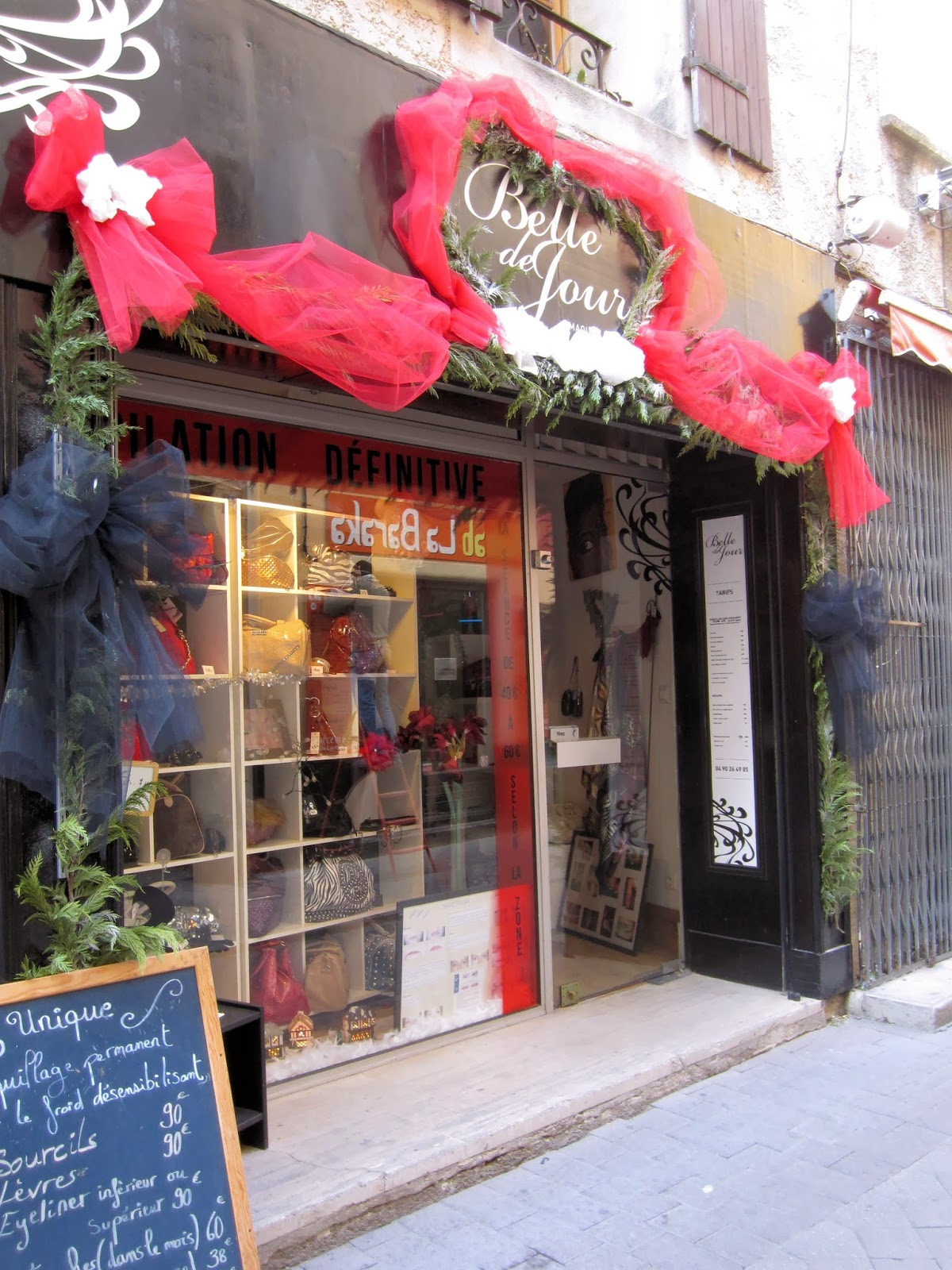 Christmas in Provence - window shopping - Madame will certainly find some accessories here for her new Christmas outfit