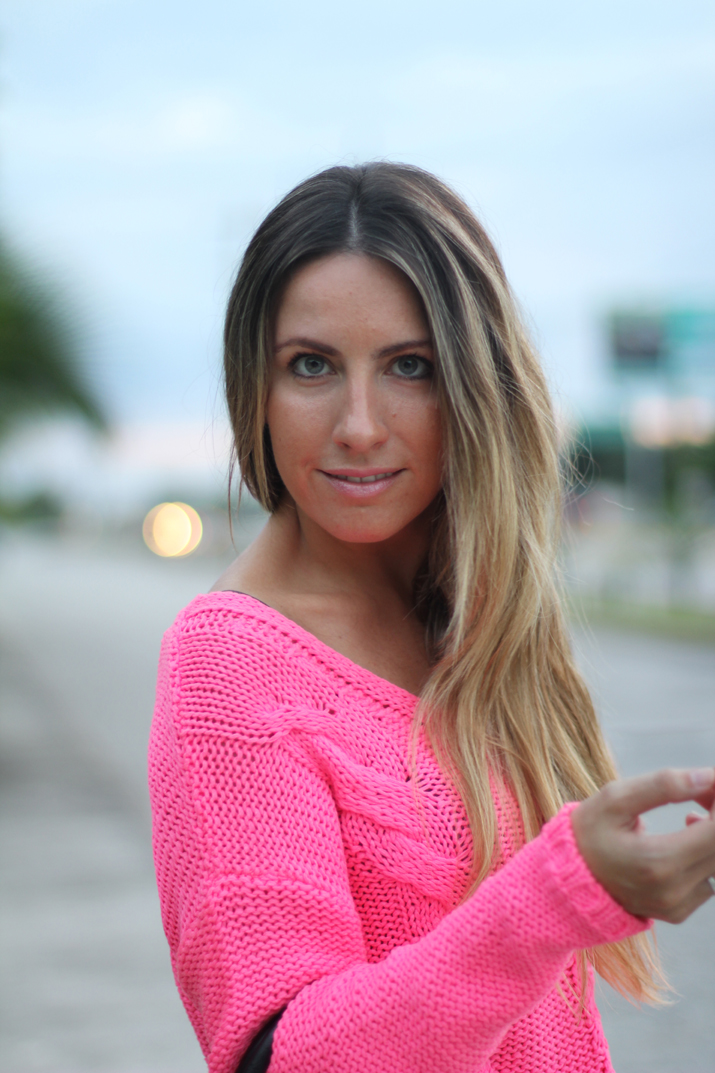 Fucsia sweater blogger