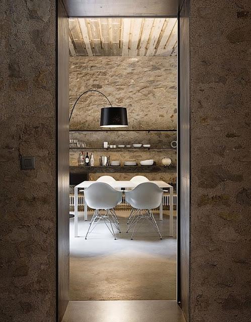 Comedor de moderno apartamento con estilo rústico