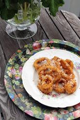 Kepeät sipulirenkaat hunajan ja parmesanin kera
