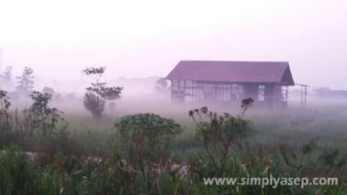 Rumah yang tertutup kabut. Foto Asep Haryono