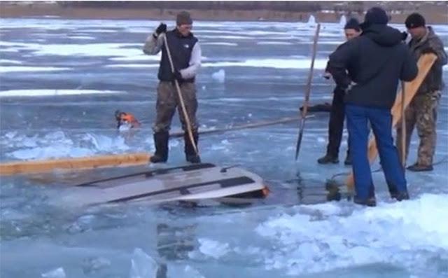 بالفيديو.. استخراج سيارة من تحت بحيرة متجمدة بالكامل في روسيا