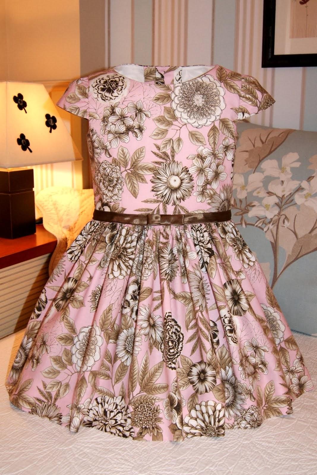 Vestido rosa con flores marrón chocolate