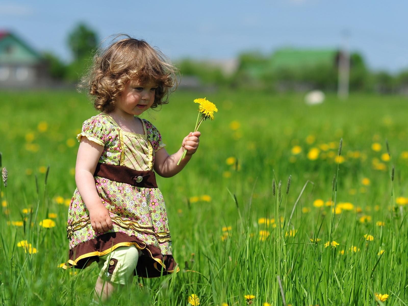 http://3.bp.blogspot.com/-eEGRvQdRis8/T6e4gC8pk8I/AAAAAAAACgs/pvUxbb1BT6M/s1600/wallpaper-sweet-little-girl-with-flowers.jpg
