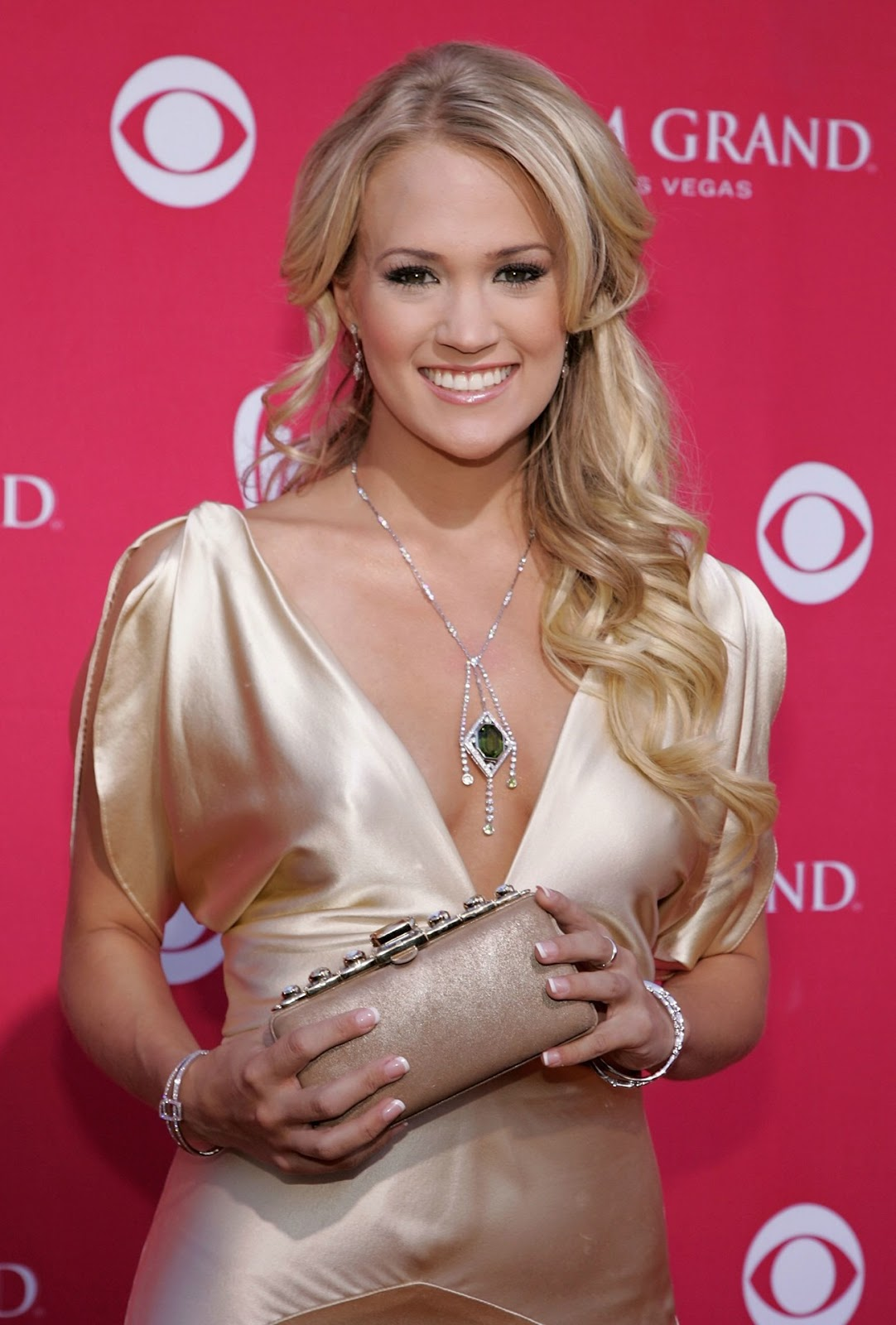 Carrie Underwood Cleavage Pics