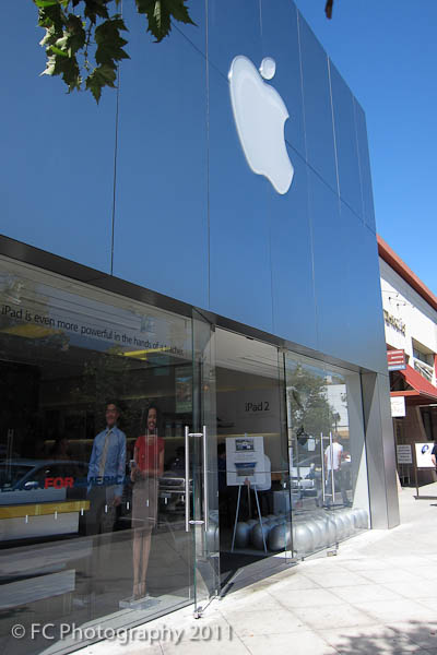 Apple Store or Fry's Electronics Store? | Lefty Photo Blog