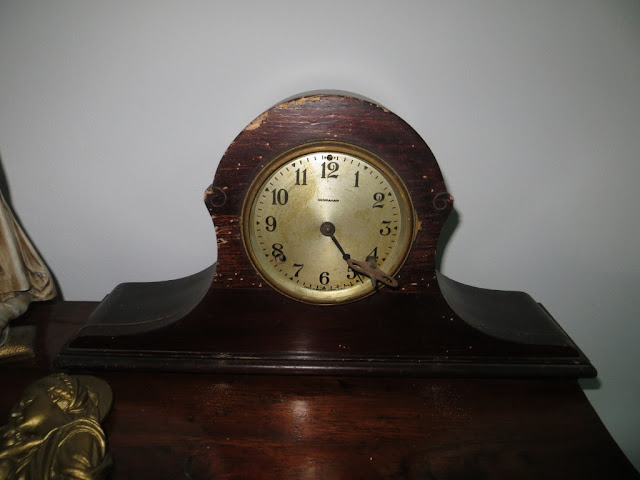 """Foto de Relógio """"Ingraham"""" Antigo de Mesa de dar à corda forrado a madeira"""