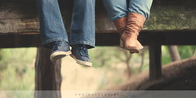 detalle de pies colgando en puente de madera