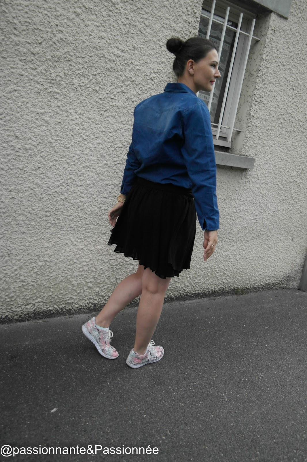Look en jupe et baskets