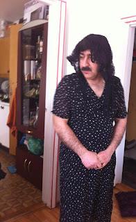 feminista curdo usando um vestido