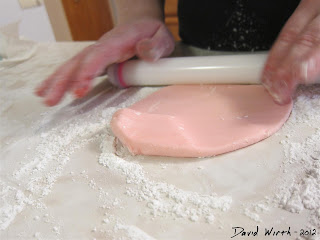 kneading fondant, how to color a cake, frosting, fondant