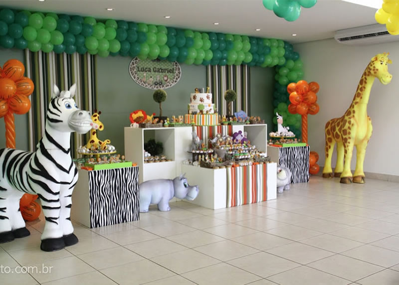 Jungle theme birthday party jungle birthday party ideas for Animal party decoration