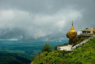 Vista pagoda Kyaiktiyo, roca de oro, Birmania