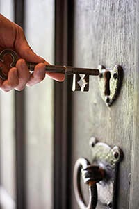 cerradura antigua llave mano