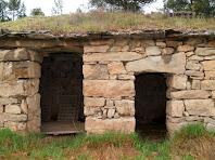 Detall de les dues portes de la Barraca del Conill. L'estança de l'esquerra per allotjat la bèstia de càrrega, i la de la dreta per aixoplugar el pagès