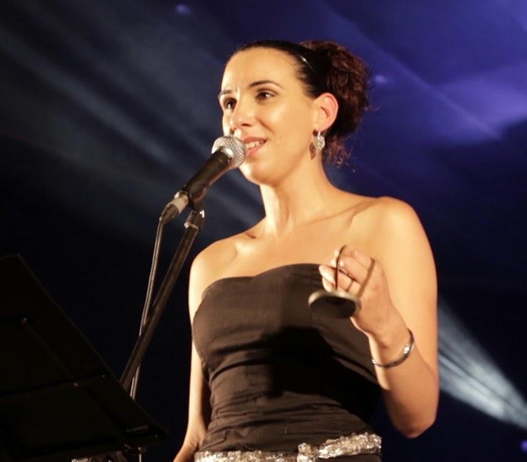 cantora, diseur de poesia, locutora, formadora de canto e voz
