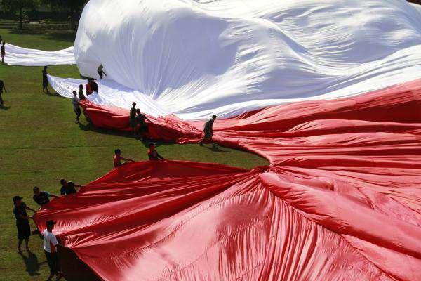Kostrad Bentangkan Bendera Raksasa di Sungai Bengawan Solo