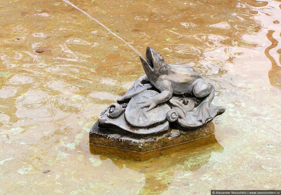 Фонтанная бронзовая  лягушка