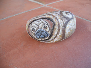 piedras pintadas a mano con Perro Pug