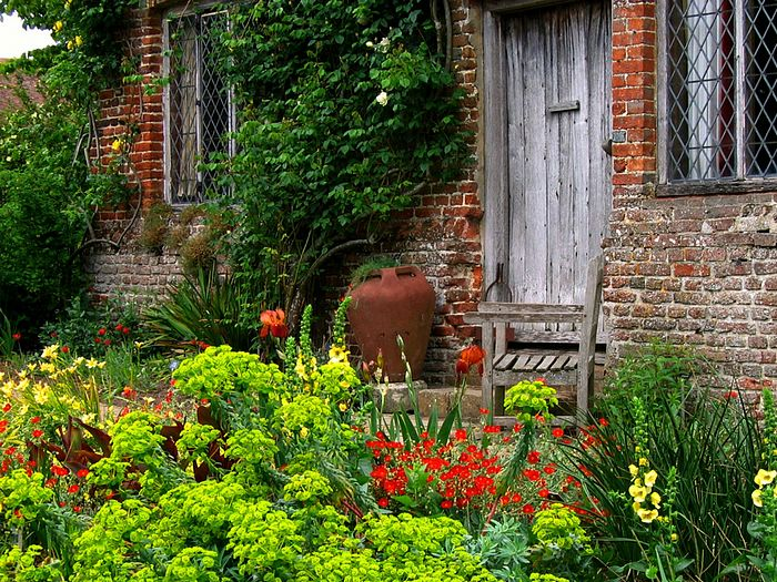 Countryside Wallpaper English Cottage Garden 700 x 525