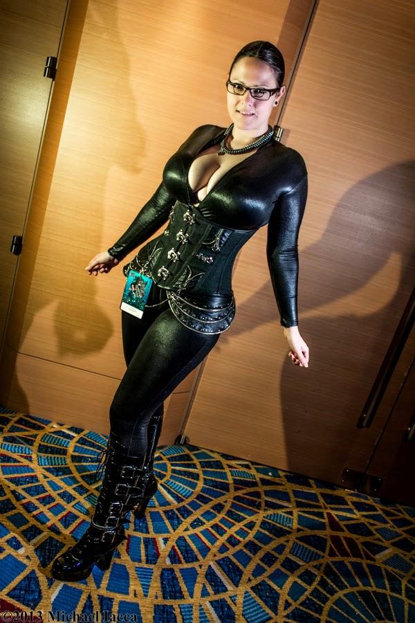 jeune femme en tenue cuir et latex dragon con 2013
