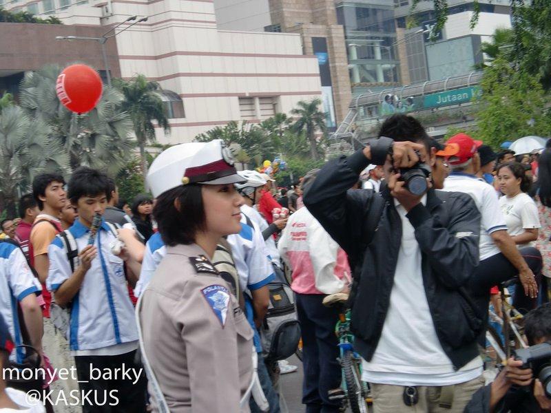 Foto Briptu Eka Frestya Ketika membantu Arus Lalu Lintas dan Menjaga Demo