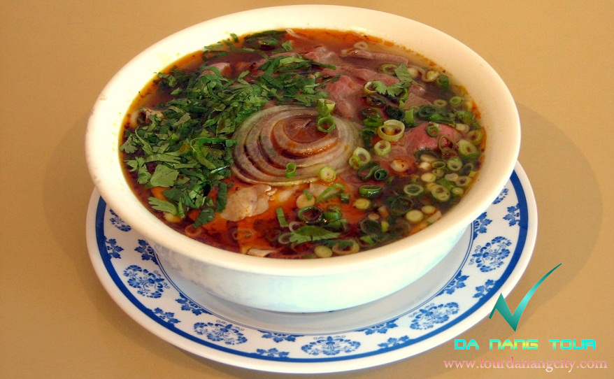 Bun bo Hue - a specialty of Hue . A bowl of noodles with white noodles ...