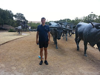 Grup statuar impozant, cu un cowboy si multe vite.