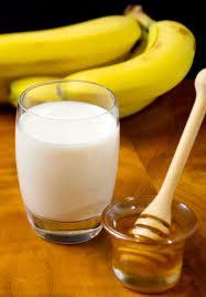 Hoà 2 thìa mật ong vào một cốc sữa tươi đã hâm nóng và uống từ từ từng ngụm nhỏ, giấc ngủ sẽ đến với bạn nhanh chóng và êm dịu.