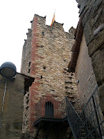 El mur de ponent de la Torre de Don Carles amb l'accés elevat