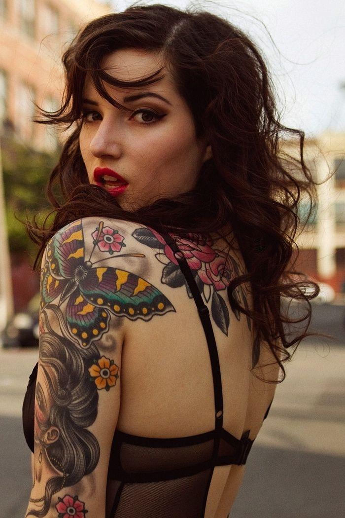 modeo con tatuajes femeninos que le cubren el cuerpo, esta posando muy seductoramente