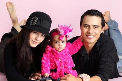 Allisson Lozz con su familia (esposo e hija)