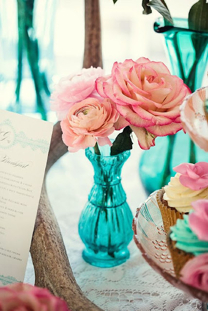 turquoise glass centerpiece with pink roses