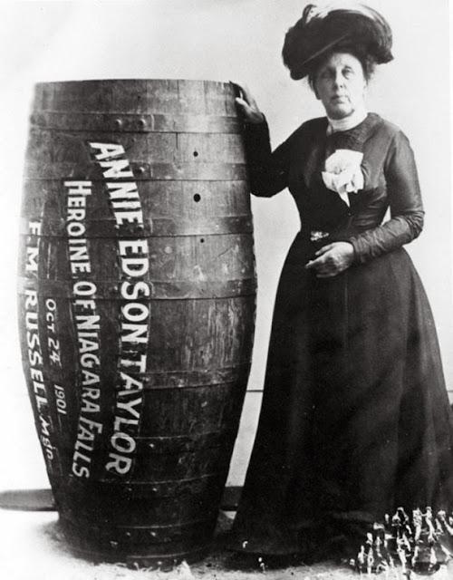 Энни Эдисон Тейлор, первый человек, который выжил после того как преодолел Ниагарский водопад в бочке, 1901 г.