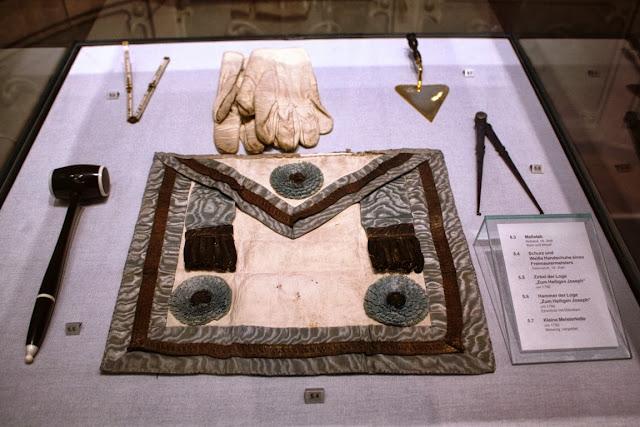 Zirkel, Hammer, Meisterkelle und Schurz - Zeremonialobjekte der Freimaurer © Copyright Monika Fuchs, TravelWorldOnline