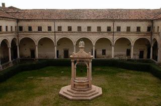 Chiostro elemento architettonico situato in un monasteroformato da portici, giardino e pozzo