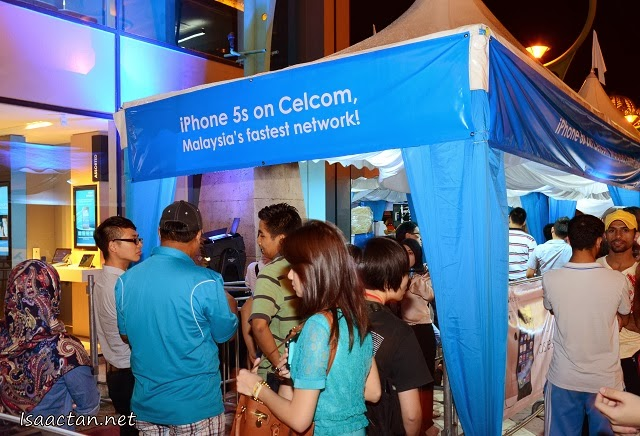 Special booths were prepared outside Blue Cube for the potential iPhone5S/C users