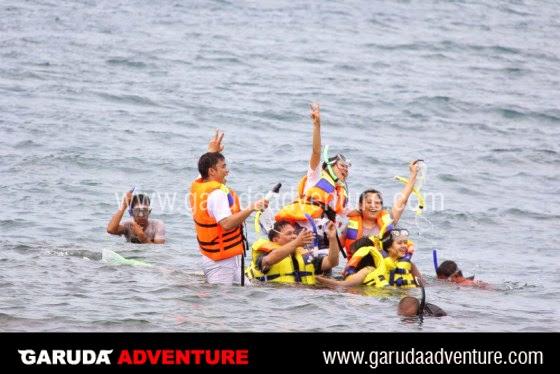 Pengunjung sedang menikmati kegiatan snorkling