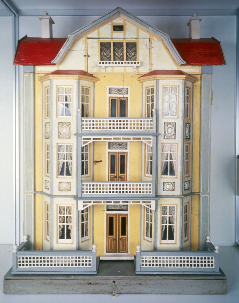 Susan 39 s mini homes gottschalk at the strong museum for Elevator house