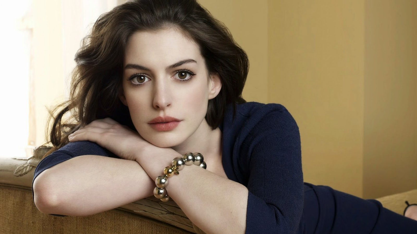 Sejarah Karir Si Cantik Anne Hathaway